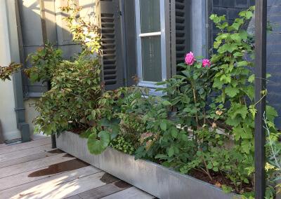 am nagement d une terrasse avec jardini res. Black Bedroom Furniture Sets. Home Design Ideas