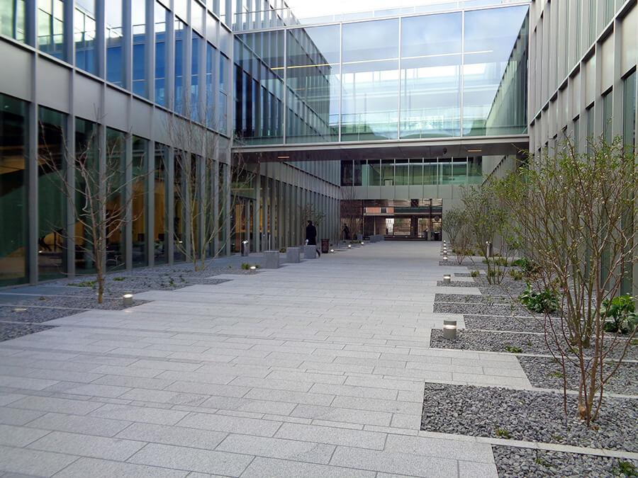 Aménagement paysagé d'un bâtiment Podium